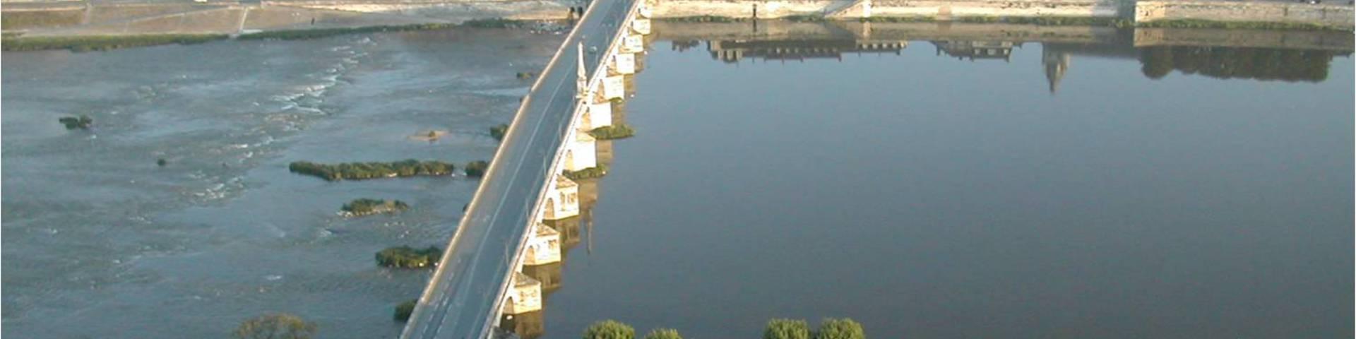 Die Jacques-Gabriel-Brücke in der Stadt Blois