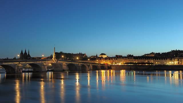 Blois bei nacht © L. de Serres