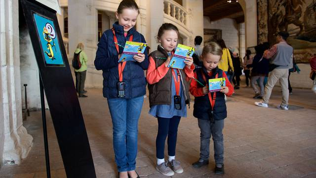 "Kinder entdecken Chambord mit dem ""histopad"" © Ludovic Letot"