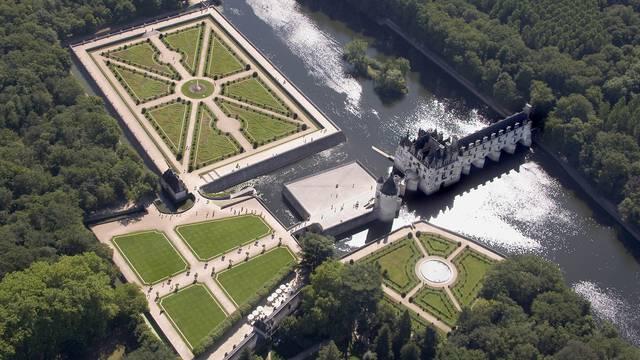 Das Schloss von Chenonceau und seine Gärten im französischen Stil vom Himmel aus gesehen.