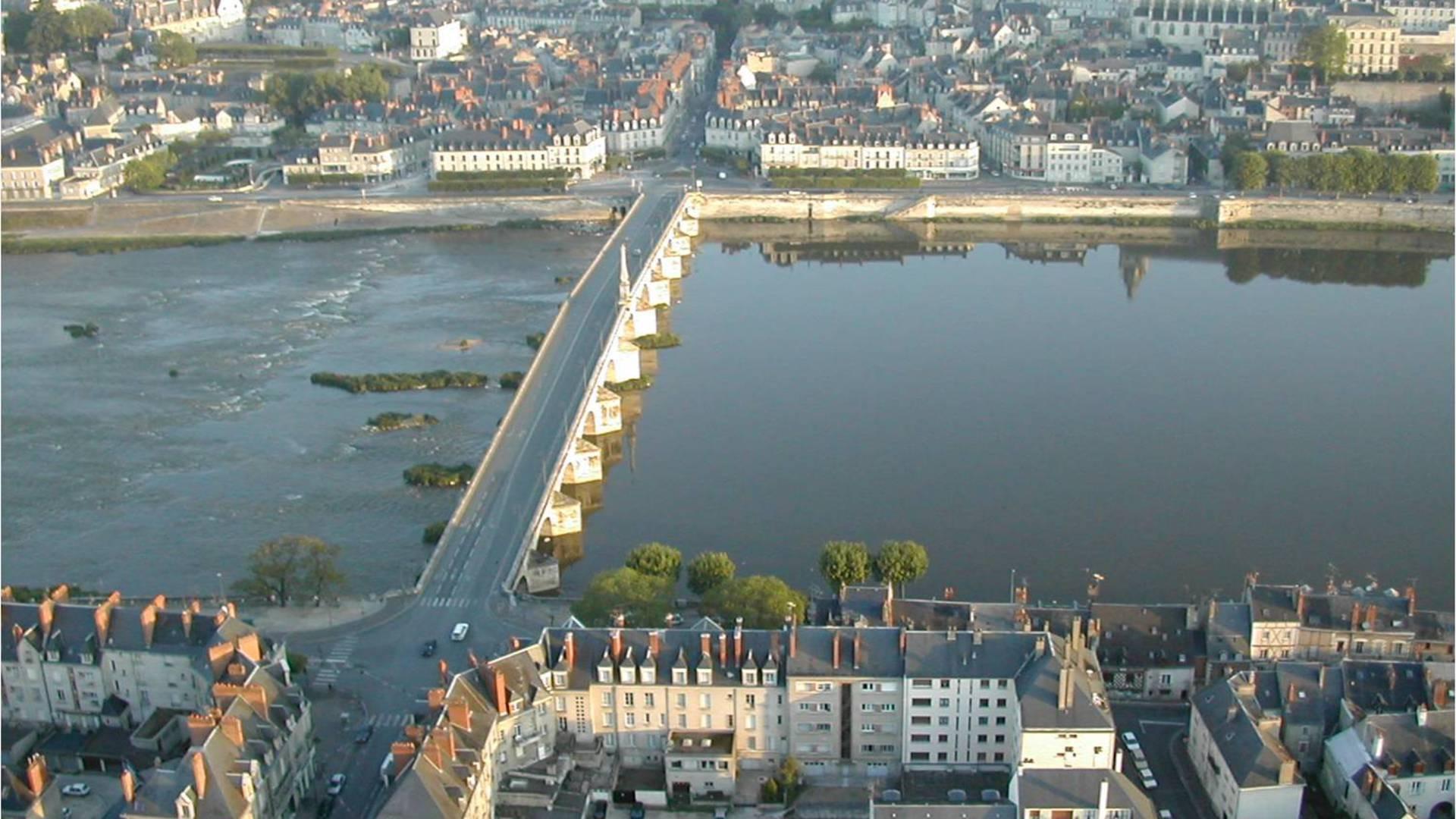 Die Brücke Jacques Gabriel in Blois