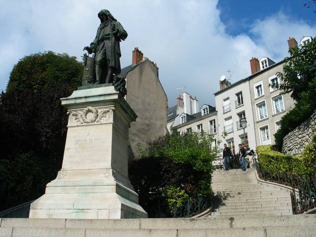 Die Statue von Denis Papin, einer Persönlichkeit aus Blois © OTBC