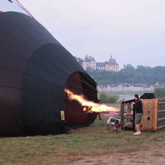Der Ballonpilot entzündet den Brenner