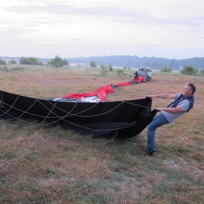 Ein Heißluftballon wird vorbereitet