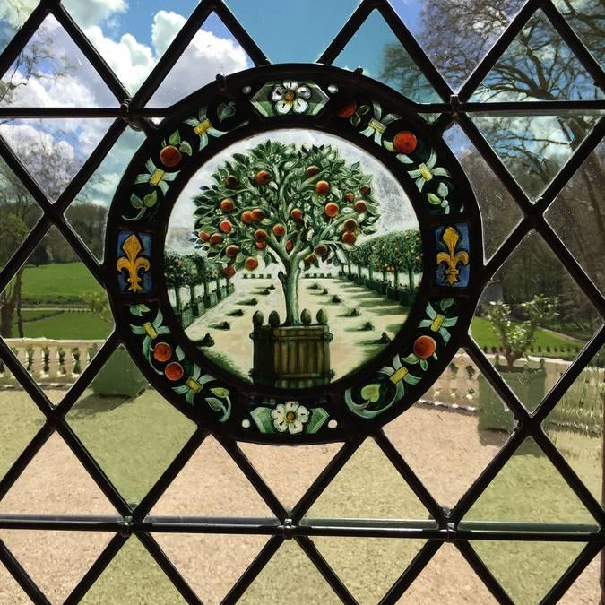 Die bunten Glasfenster der Domaine Royal de Château Gaillard © OTBC