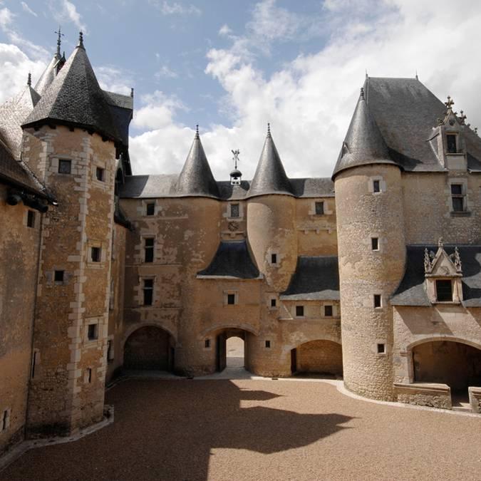 Der Innenhof des Scj=hlosses von Fougères-sur-Bièvre