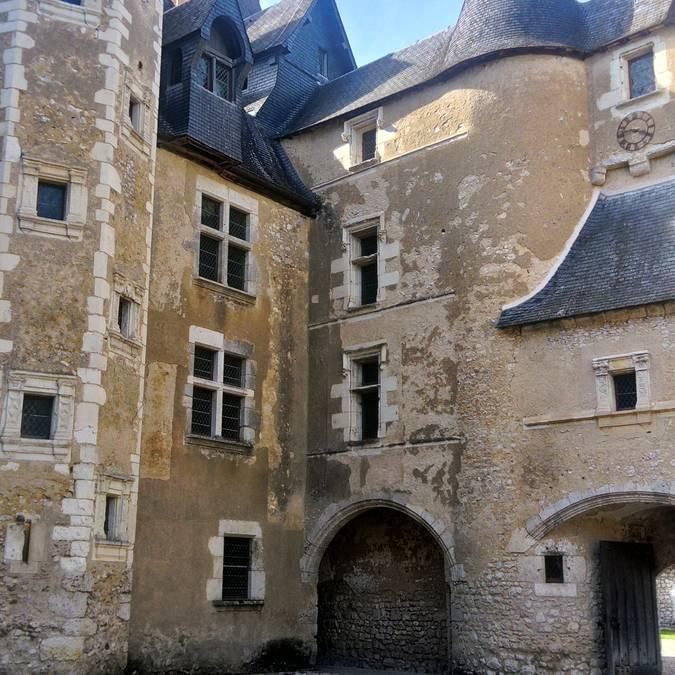 Der Schlosshof in Fougères-sur-Bièvre