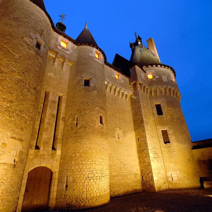 Die Fassade des Schlosses von Fougères-sur-Bièvre bei Nacht
