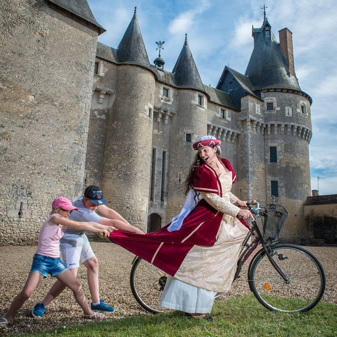 Das Schloss von Fougères-sur-Bièvre- Frau im historischen Kostüm